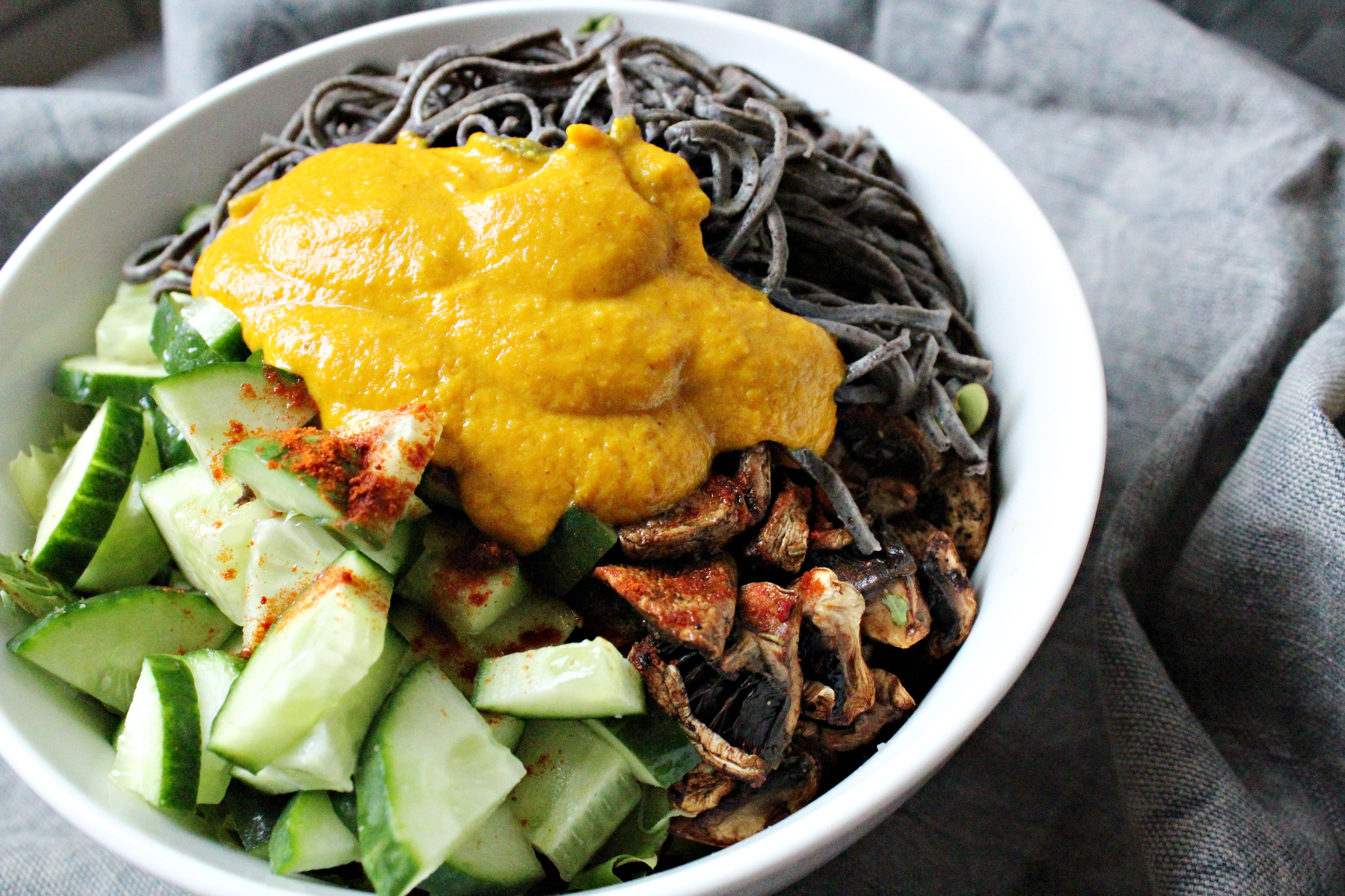 Salad Bowl mit Black Bean Pasta von Edamama und Möhren-Ingwer-Dressing