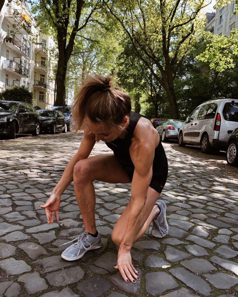 Fitness Trainerin beim Outdoor Workout